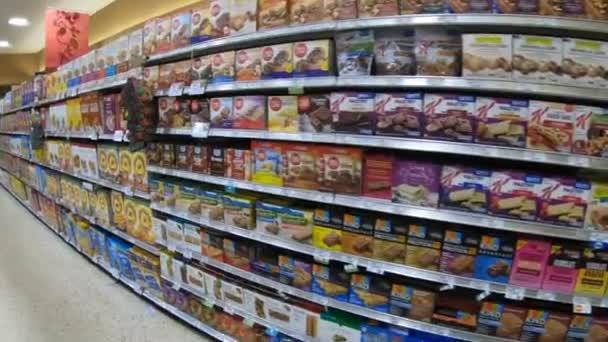 Hollywood, Florida / Usa - červenec 2018: Supermarket v Florida, Spojené státy americké. Americký obchod s krabicemi snídaňové cereálie, sušenky, sušenky, občerstvení, sladkosti na polici. POV odběratele procházky do obchodů