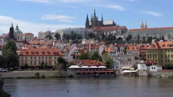 Pohled na Pražský hrad z Karlova mostu, turistické památky na řece Vltavě v Praze, v České republice, v Evropě. Městská krajina s památkami a starými budovami