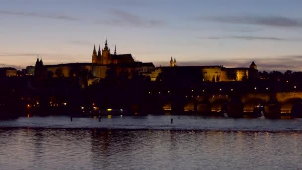 Pohled na Pražský hrad, turistickou památku na řece Vltavě v Praze, Česká republika, Evropa. Krásná městská krajina s památkami a starou budovou v noci