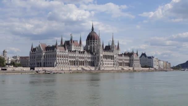 Az Országgyűlés székhelyének, a Magyar Parlament épületének külső nézete a Duna partján, Budapesten. Híres politikai és turisztikai emlékmű a kompról a folyami hajóúton