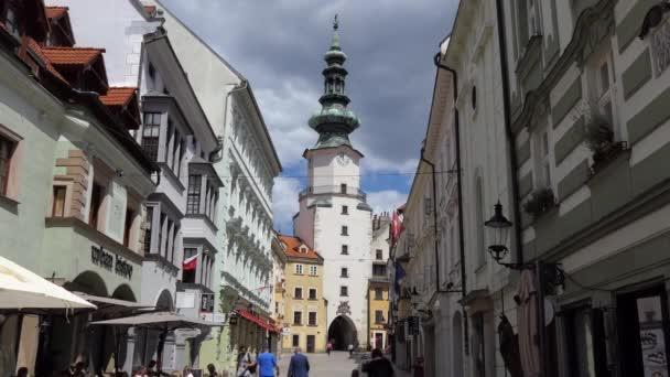 BRATISLAVA / SLOVENSKO - červen 2020: Michaelova brána v centru Bratislavy, Slovensko, Evropa s obchody, obchody a chodci. Slovenské hlavní město s městskou krajinou