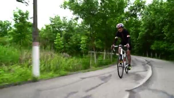 profesionální sportovec cyklistika silniční kolo, sportovní koncept, horská silnice při západu slunce