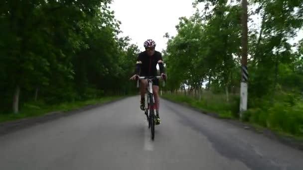 Pro cyklista na kole silniční kolo, sportovní koncept, horská silnice při západu slunce