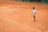 v retro stylu tenista raketou hraje hru na tenisový kurt