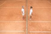 felülnézete a bíróság teniszezők fehér sportruházat a fa ütők