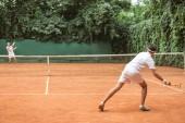 teniszezni a fa ütők a bíróság régimódi sportolók