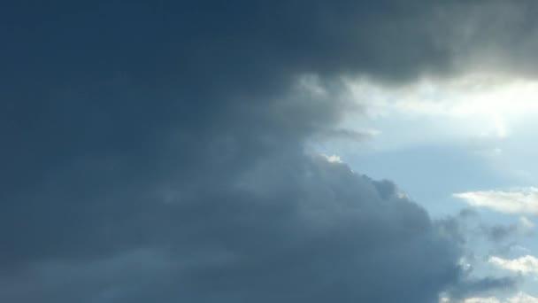 Mraky táhnou rychle večer západ slunce. Rychle se pohybující mraky na večer s paprsky slunce, pak nebe bylo jasné a západu slunce na obzoru