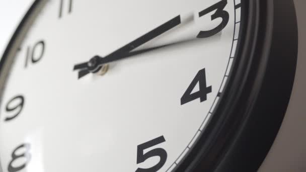 Óra Face 3,23 közelről idő telik el a White Wall Office