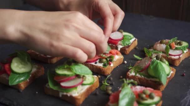 Cuoco unico che prepara panini canape con verdure