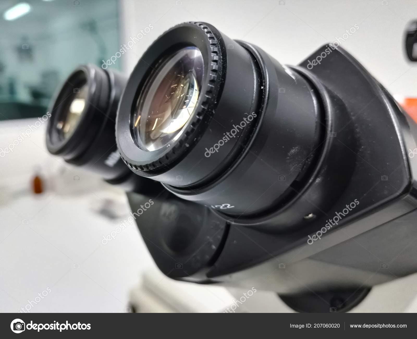 273bc3856a Κεφαλής (η ρύθμιση διόπτρας) και ένα ζευγάρι προσοφθάλμιοι φακοί (οφθαλμική  φακό) από ένα μικροσκόπιο υψηλής τεχνολογίας σε ένα υπόβαθρο επιστημονικό  ...