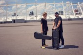 Fotografia musicisti con strumenti musicali in casi avere conversazione mentre levandosi in piedi sulla strada