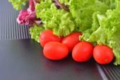 frische Tomaten und Salatblätter in der Küche