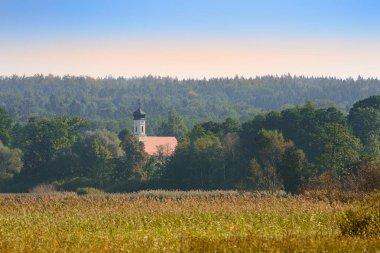 """Картина, постер, плакат, фотообои """"Верхний баварский осенний пейзаж с маленькой церковью в утреннем мисе"""", артикул 302966792"""