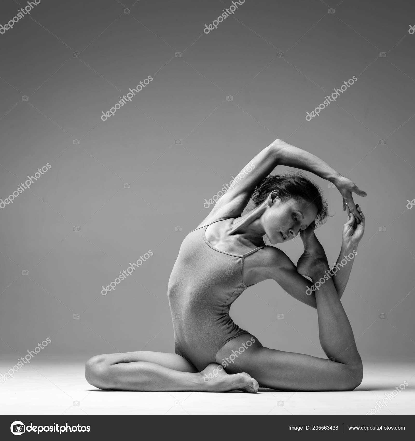 Femme Jeune Belle Yoga Pose En Studio Noir Et Blanc