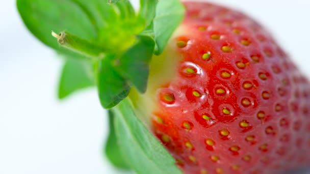 Makró Vértes tál friss eper gyümölcs, dolly lövés.