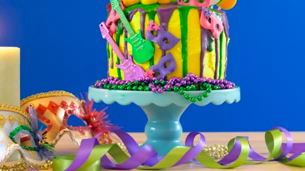 Mardi Gras téma na trend candyland fantasy odkapávací dort, chroma key pozadí.