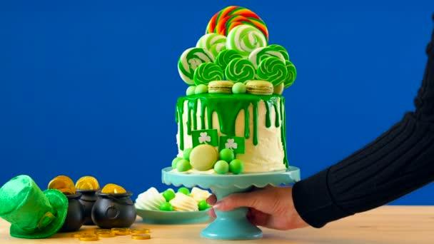 St Patricks Day téma lízátko candy land odkapávací dort, modré barvy pozadí