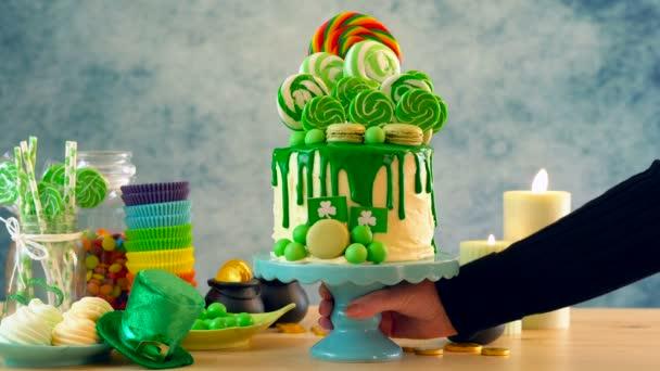St Patricks Day téma lízátko candy land odkapávací dort, barevné tabulky.