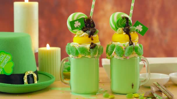 St Patricks Day na trend holiday zrůda třese s bonbóny a lízátka