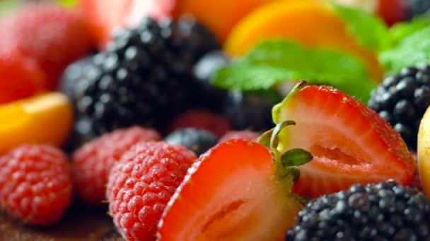 Makró Vértes forgó vegyes nyári gyümölcsök a fa tábla.