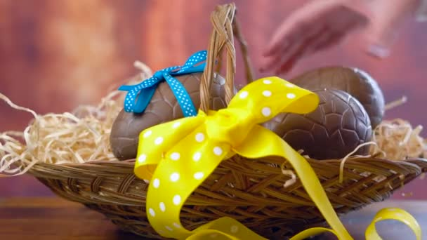 Húsvéti akadályozzák, egymásra rakható, csokoládé tojás és nyuszi nyulak kosárban, timelapse
