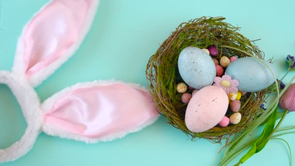 Veselé Velikonoce spojené s velikonoční vajíčka a dekorace na dřevo pozadí.