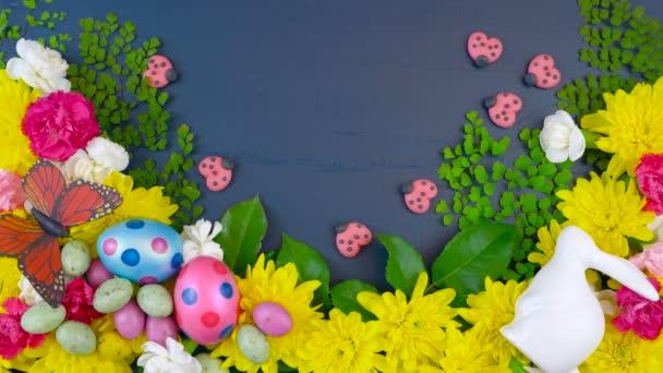 Ostern Overhead-Anzeige von frischen Frühlingsblumen auf dunkelblauem Holz Zeitraffer.