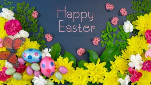 Ostern Overhead-Anzeige von frischen Frühlingsblumen auf dunkelblauem Holz mit Text.