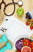 Lékařský předpis pro správnou výživu a rovné zatížení nad hlavou s copyspace.
