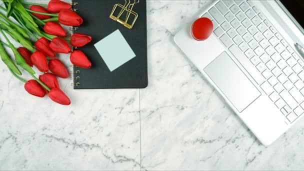 Moderní stylový ženský stůl nebo pracovní prostor přestávka na kávu stop motion.
