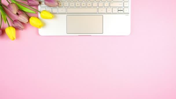 Obchodní a finanční koncept zastavit pohyb se stylovým růžovým a žlutým motivem.