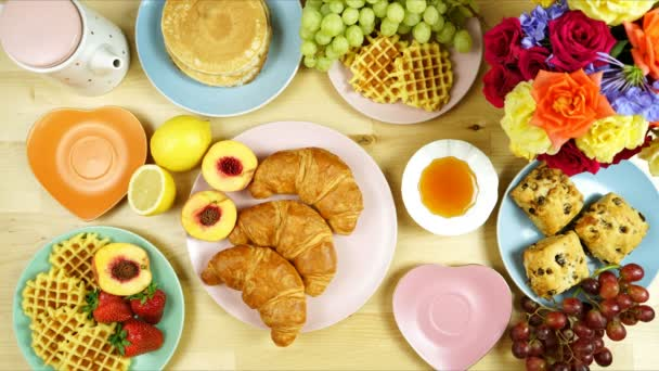 Kényelmes reggeli lapos feküdt croissant, palacsinta, gofri, és gyümölcs.