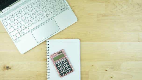 Feminní pracovní plocha stolu s moderním dotykovým displejem notebook stop motion.