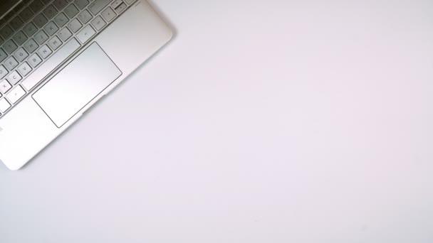 Kancelářský pracovní stůl s dotykovou obrazovkou PC stop motion timelapse animace.