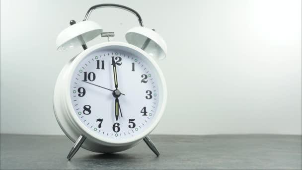 Alarm hodiny šest hodin na bílém pozadí, Čas vypršel rychle.