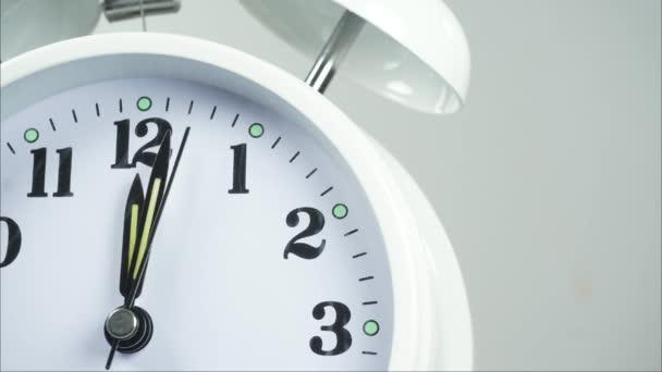 Detailní bílý budík na začátku času 11.57 nebo odpoledne. na bílém pozadí, Časová prodleva pohybující se rychle, Časová koncepce.
