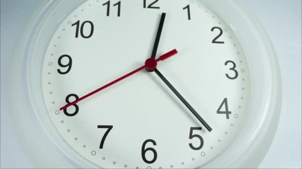 Rush hour ebédelnek. Fehér fekete számok és a nyilak, piros használtruha idő fogalom óra, idő telik el a gyorsan mozgó.