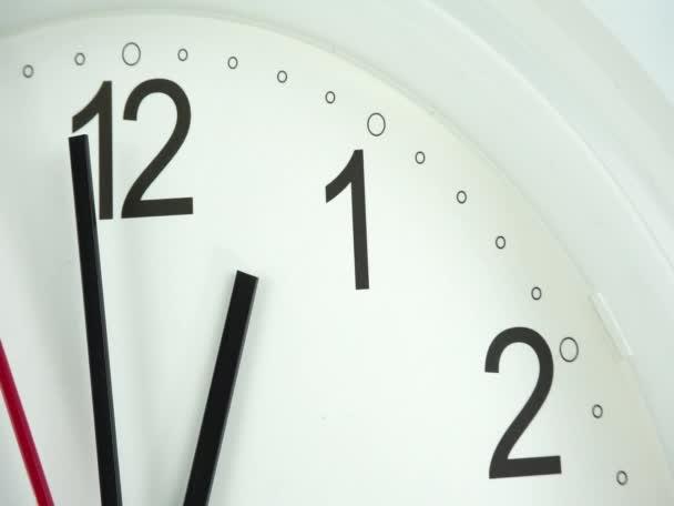 Přední bílé nástěnné hodiny začátek času 12,59 dopoledne nebo odpoledne, hodinový čas chůze pomalu, koncepce času.