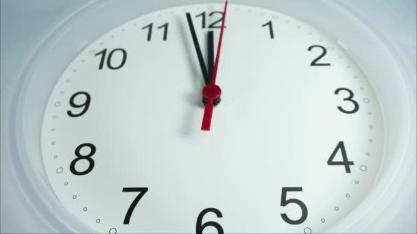Closeup dvanáct hodin bílé nástěnné hodiny, spěšná hodina Jezte oběd, na bílém pozadí, čas se rychle pohybuje.