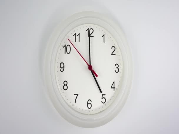 Začátek času 05,00 dopoledne nebo odpoledne, bílé nástěnné hodiny červená sekunda minuta chůze pomalu, koncepce času.