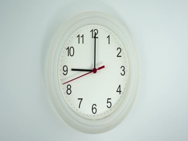 Začátek času 09,00 dopoledne nebo odpoledne, Closeup bílé nástěnné hodiny červená sekunda minuta chůze pomalu, koncepce času.