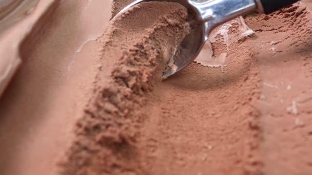 Detailní naběračky Zmrzlina s příchutí čokolády z nádoby s lžíce, Prázdný pro design Potravinový koncept.