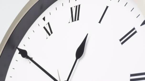 Tizenkét óra. Fehér óra. Az idő 30 perc gyorsan telik..
