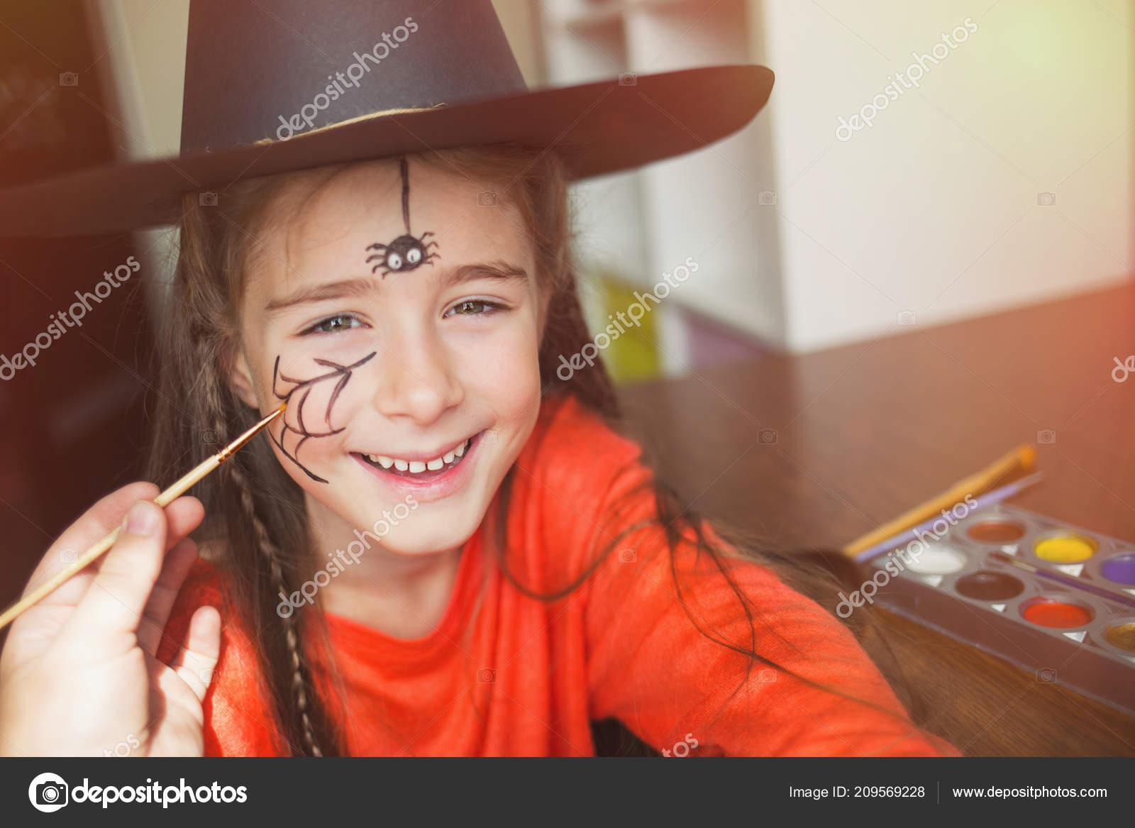 Cadılar Bayramı Kutlamaları Için Hazırlık çocuk Yüz Boyama Yaparken