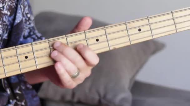 Man játszani basszusgitár rövid lövés