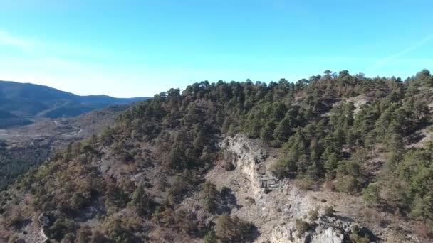 Hegyek és erdők, Spanyolország a egy madarak-szem kilátás. Drone repül át a tartalék Spanyolország keleti részén. A következő reptér környékén: a hegyek, erdők borítják. Tiszta kék ég és a leírhatatlan táj.