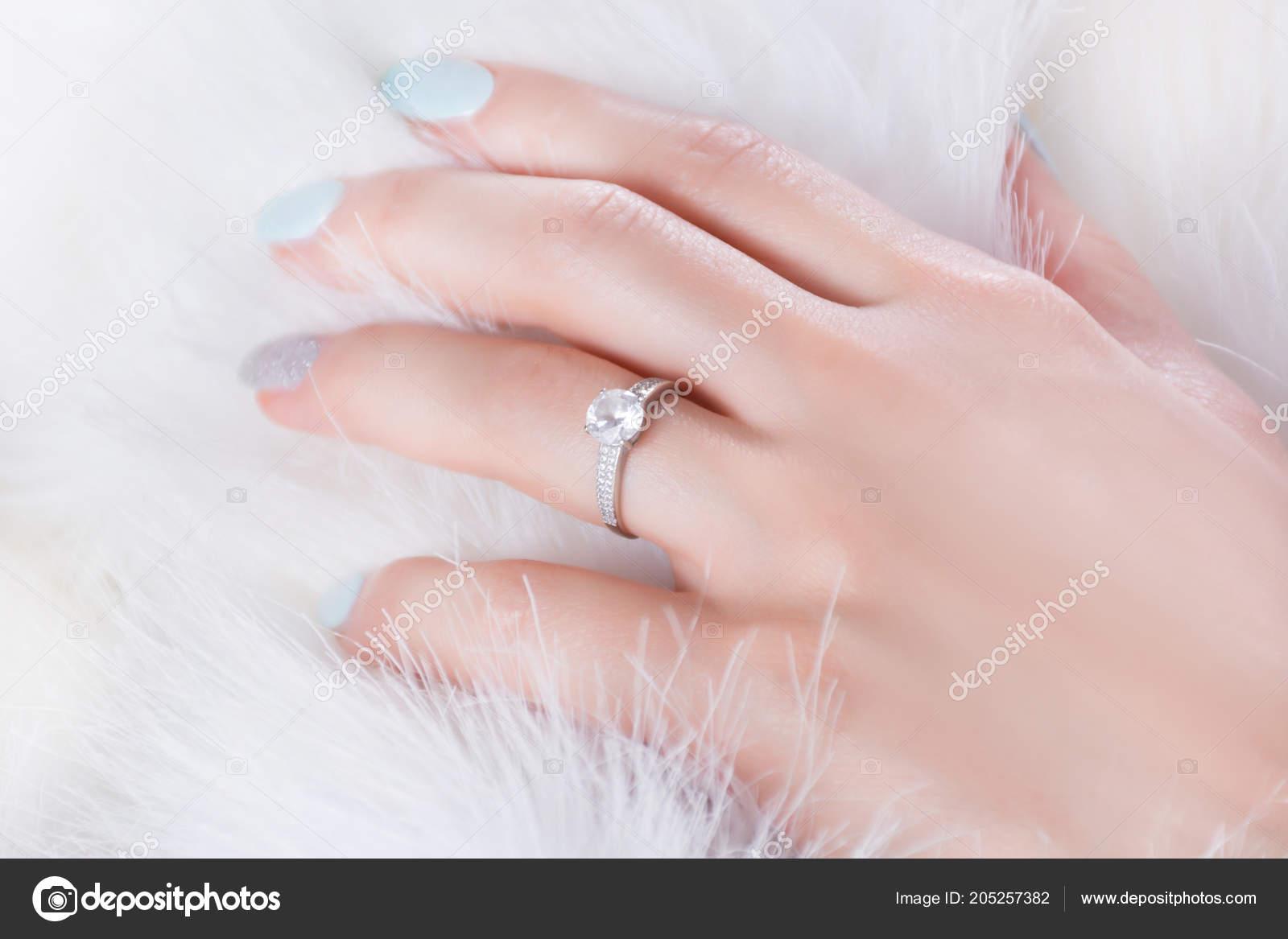 Diamond Engagement Wedding Ring Female Finger Hand Fur White ...