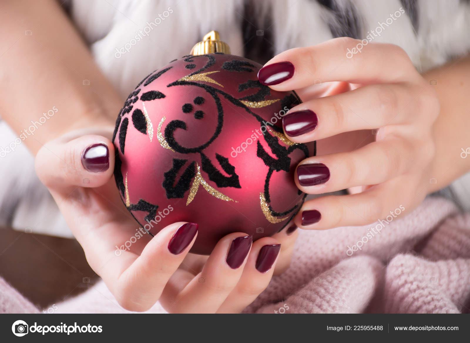 Chica Con Color Del Vino Tinto Uñas Esmalte Gel Tiene Foto