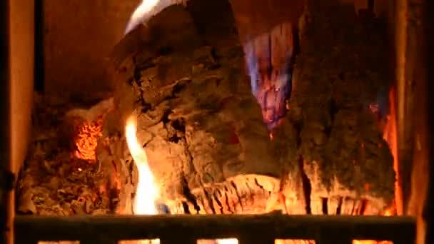 Teplého krbu v domácí krb. Pravého dřeva hořícího v Cihlový krb. Domácí pohodu. Vnitřní otevřený krb hoří a ohřívá obývací pokoj blízko nahoře, selektivní fokus