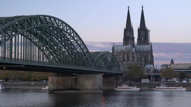 Köln, Deutschland - 7. November 2018: Panorama der Stadt Köln mit Dom, Rhein und Hohenzollernbrücke am 7. November 2018 in Deutschland, Europa